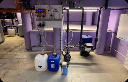 Baseino dezinfekcijai naudojamas EMEC valdiklis matuojantis pH ir laisvą chlorą vandenyje. Reagentai dozuojami automatiškai